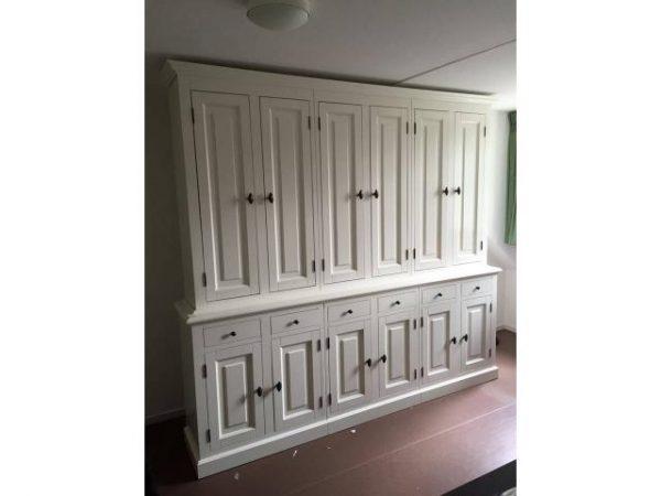 Landelijke Boekenkast met deuren op maat gemaakt.