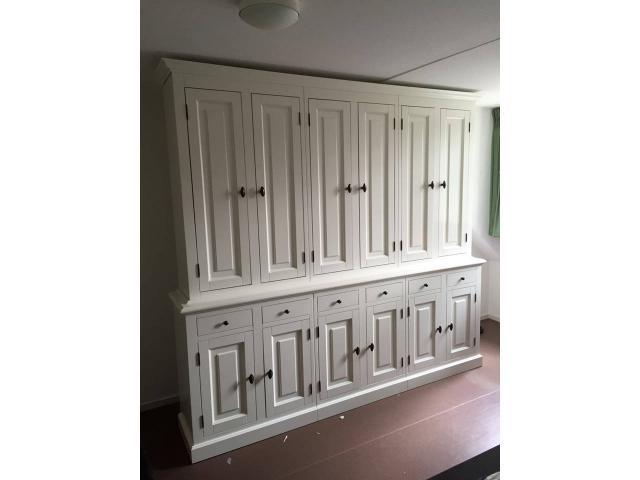landelijke boekenkast met deuren op maat gemaakt
